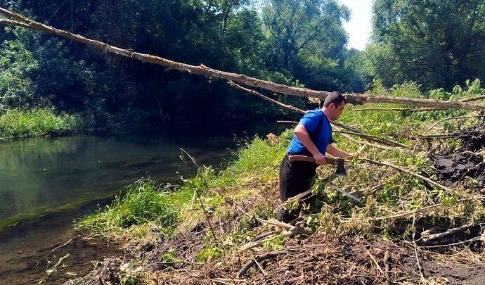 Щекинские спасатели проводят расчистку русла реки Упа в муниципальном образовании Крапивенское