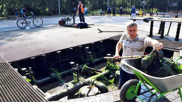 В Новомосковске фонтаны освободили от мусора и тины
