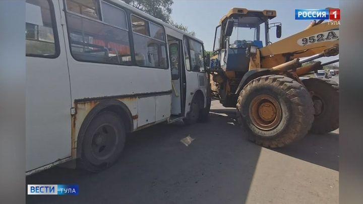 В ДТП с автобусом в Тульской области пострадали семь человек