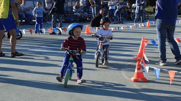 В Новомосковске прошли соревнования на беговелах и самокатах