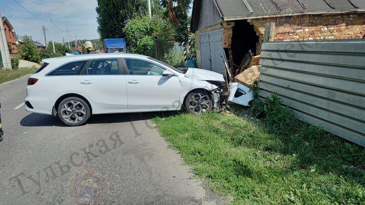 В результате ДТП под Щекиным легковушка протаранила забор и гараж