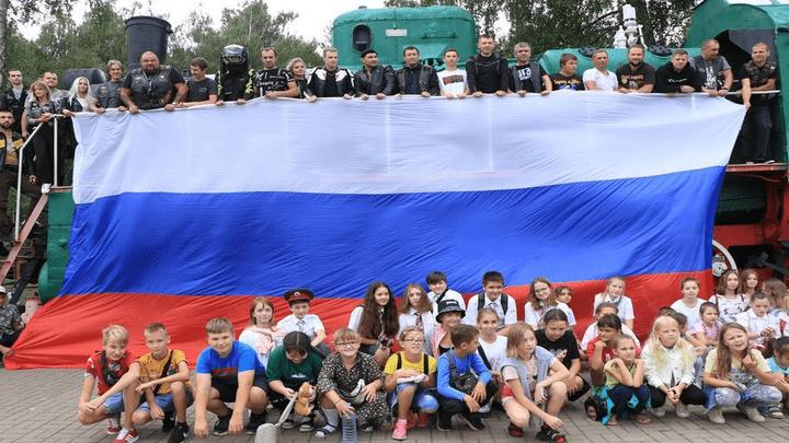 Пробил час: В Новомосковске под рев моторов отметили День государственного флага России