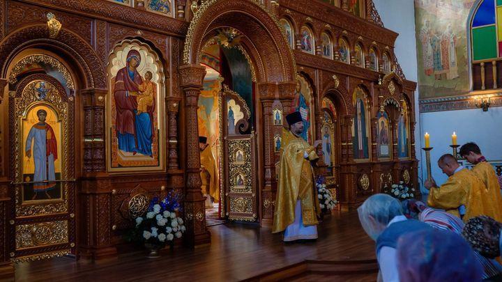 Новый иконостас освящен в новомосковском храме в честь иконы «Нечаянная радость»