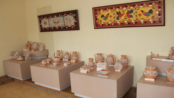 Посуда с героями произведений Толстого: В Алексинском художественном музее представили «Яснополянскую керамику»
