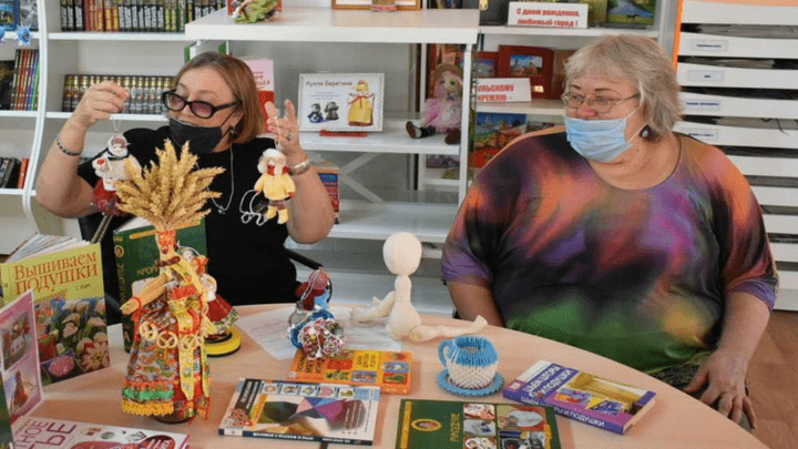 Кукольных дел мастера: «Серебряные» волонтеры научили ефремовцев делать «куклы с человеческим лицом»