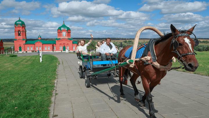 Проводы лета на Конном дворе: На Куликовом поле состоялся фестиваль «Сено-солома»