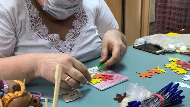 Серебряные волонтёры изготовили подарки для ефремовских первоклассников