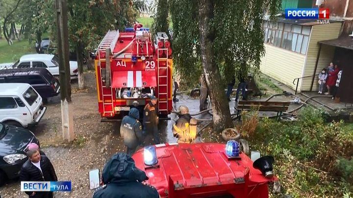 В Ефремове из горящего дома эвакуировали 16 жителей