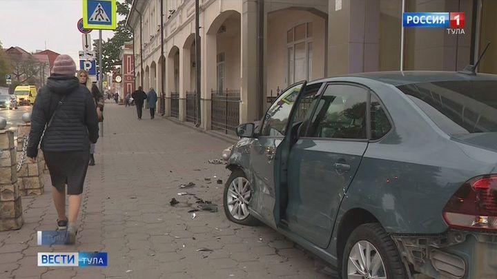 В центре Тулы автомобиль вылетел на тротуар в результате ДТП