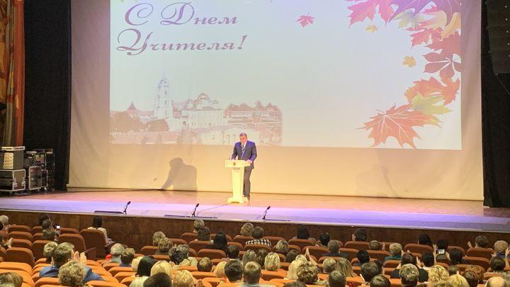 Алексей Дюмин наградил отличившихся педагогов Тульской области