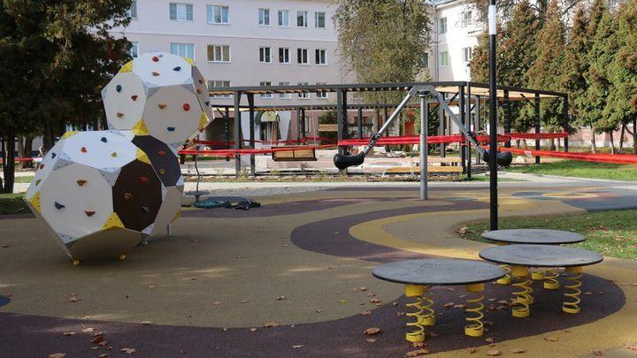 В Новомосковске ещё не открытый детский городок посетили вандалы