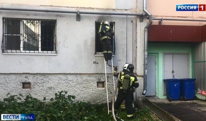 Пожарные спасли из горящей квартиры в Туле мужчину и ребёнка