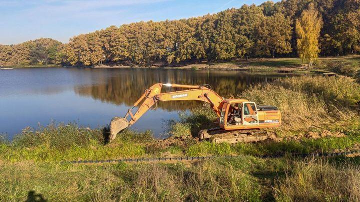 В поселке Первомайском завершили расчистку пруда